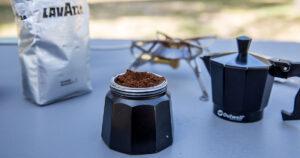 Kaffee beim Campen Moka Kanne Kaffeepulver