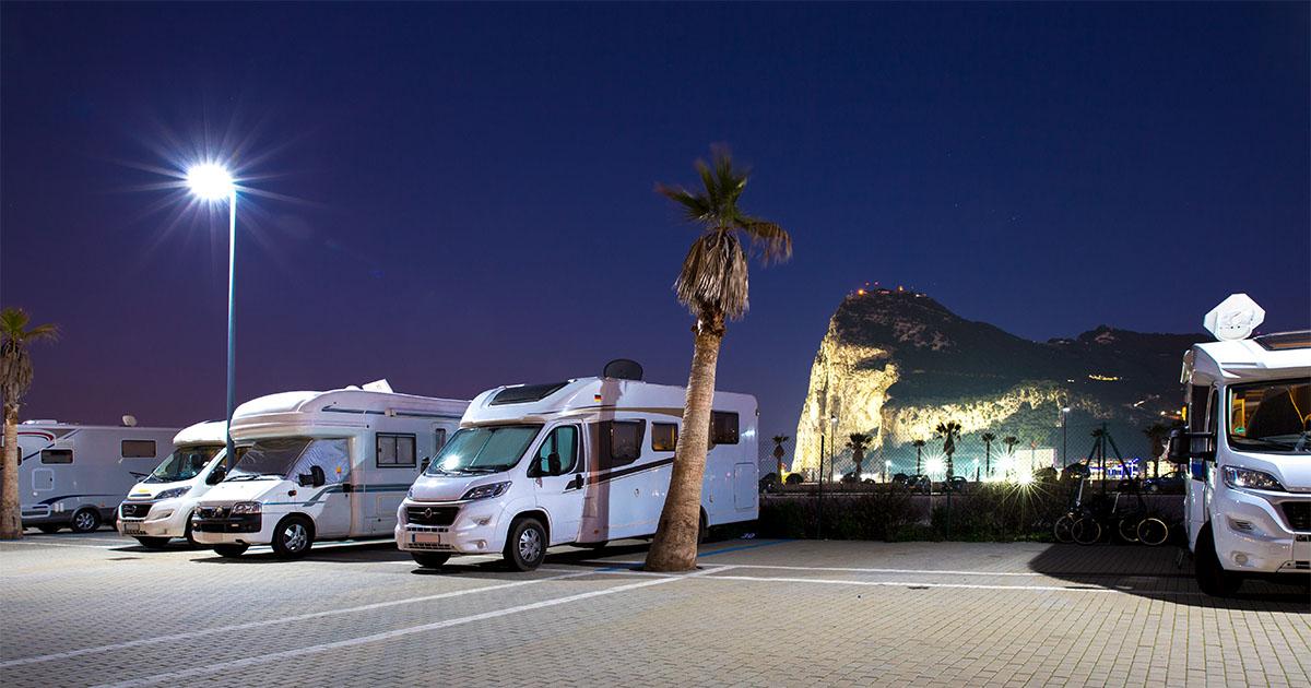 Stellplatz Gibraltar bei Nacht - Typische Anfängerfehler beim Camping